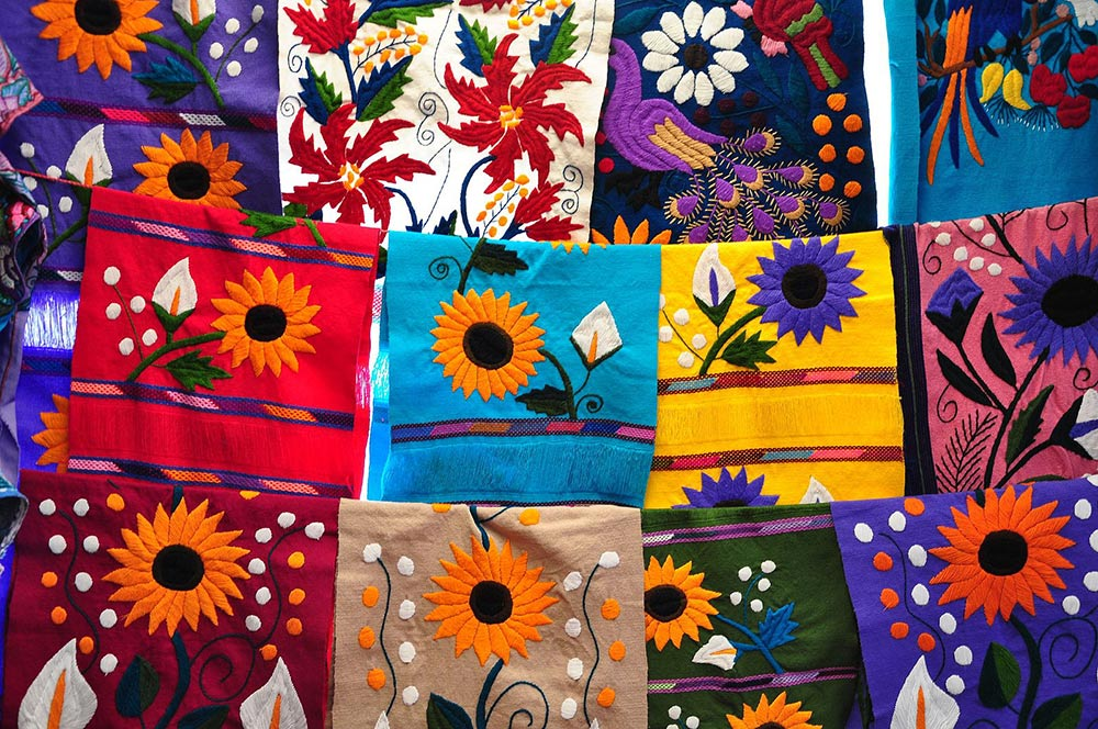Table_runners_in_a_market_in_Chiapas_(8043988627)